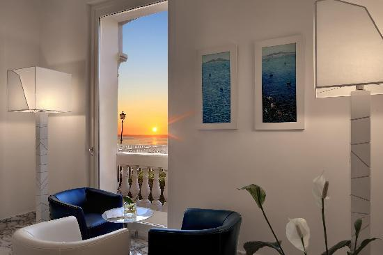 Hotel Mediterraneo Sorrento: Sunset in the Lobby
