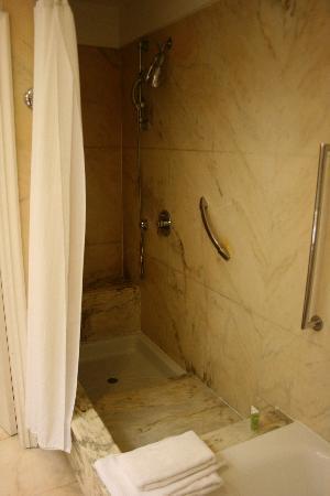 Hotel Maria Cristina, a Luxury Collection Hotel, San Sebastian: Bathroom in suite