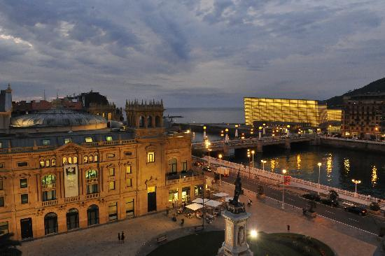 Hotel Maria Cristina, a Luxury Collection Hotel, San Sebastian: Night view from room 509