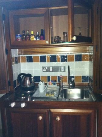 Columbia Beach Resort Pissouri : kitchen area behind doors
