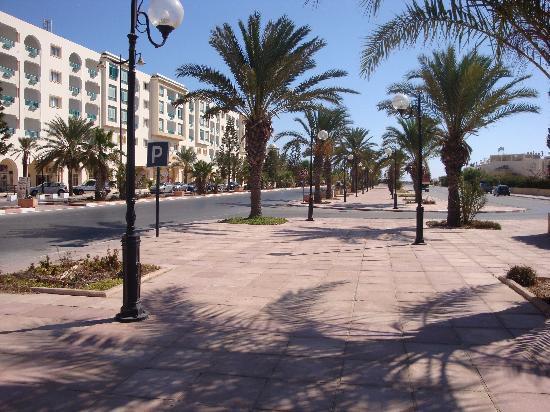 Iberostar Averroes: road outside hotel