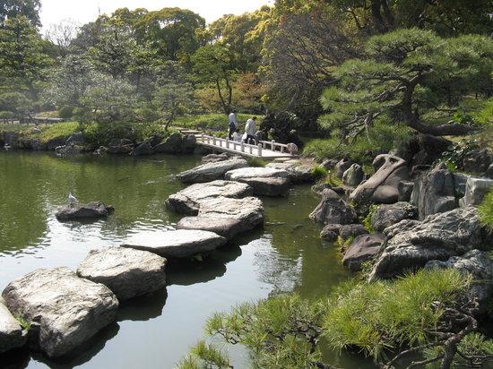 Koto, Japan: Uno scorcio del laghetto con il ponticello
