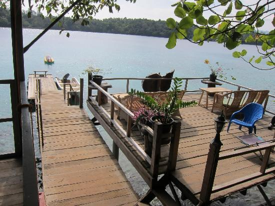 Pulau Weh, Indonesia: View to the jetty and sun deck at the right hand side of the lobby