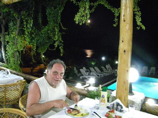 ‪‪Uslu Apart Otel‬: Dinner by the pool‬