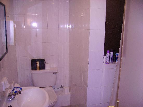 Relax Inn Hotel: Bathroom