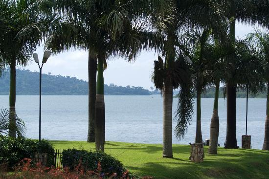 Munyonyo Commonwealth Resort: Lakeside lawns