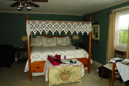 1875 Homestead Bed and Breakfast: Maple Leaf King Bed