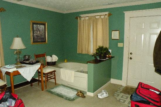 1875 Homestead Bed and Breakfast: Jacuzzi tub