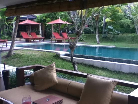 Villa Sabandari: uitzicht kamer op zwembad