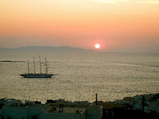 เฮอร์เมส มายโคนอส โฮเต็ล: Sunset from our balcony