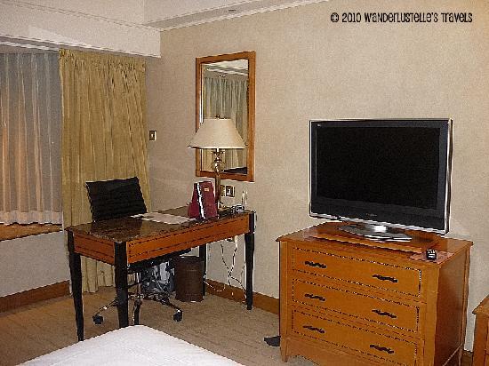 โรงแรมรอยัลพลาซ่า: Working desk and the TV