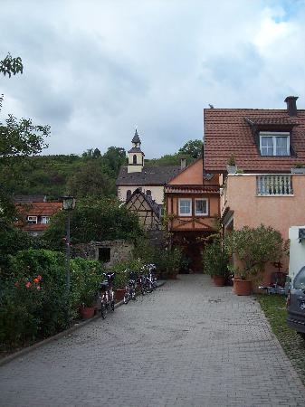 Ihringen, Deutschland: Blick vom Gasthaus Zur Sonne auf die Dorfkirche St.Vitus in Wasenweiler