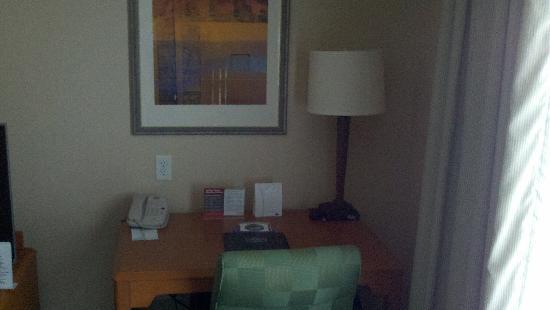 Fairfield Inn & Suites Detroit Metro Airport Romulus : Business Desk Pic #2