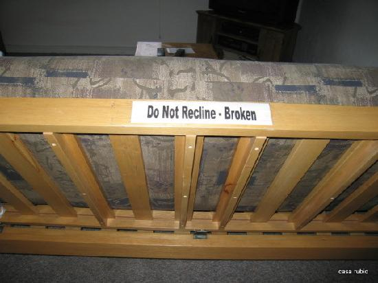 Casa Rubio Oceanfront Lodging: broken futon/sofa