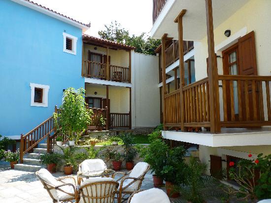 Aeolos Hotel: Courtyard