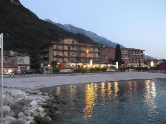 Hotel Astoria: Hotel from beach