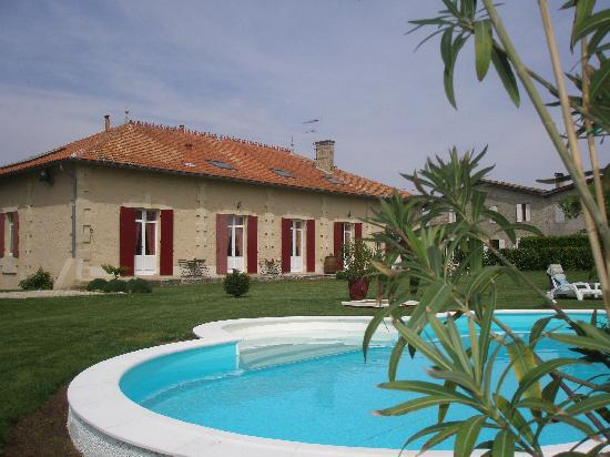 Domaine de Blaignac: La vue de la piscine