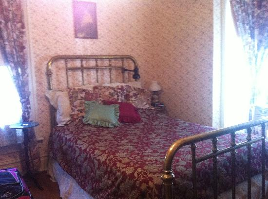 Pansy's Parlor Bed & Breakfast: Alice's Room
