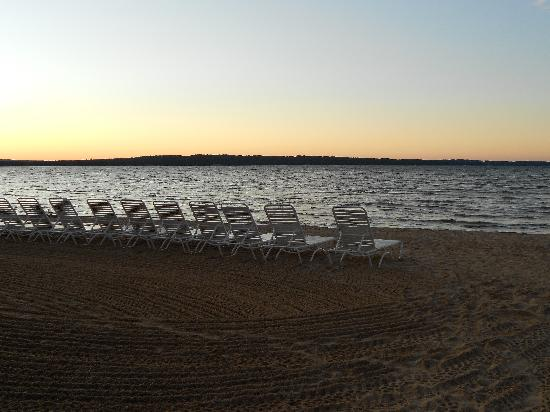 North Shore Inn: Beach near sunset - chairs are complimentary