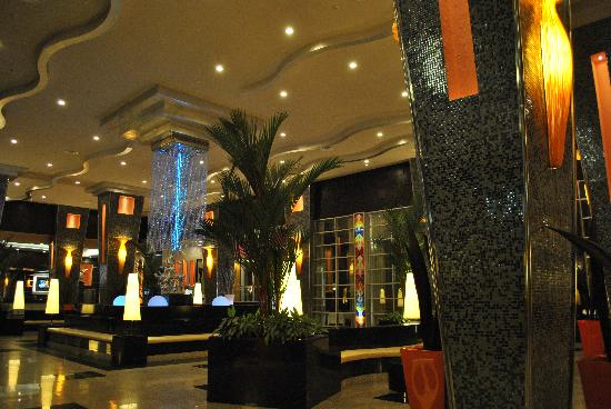 Hotel Riu Plaza Panama: The very impressive lobby