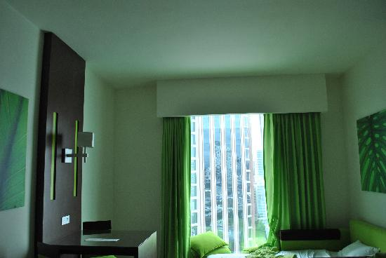 Hotel Riu Plaza Panama: The room- really did not like the green color scheme