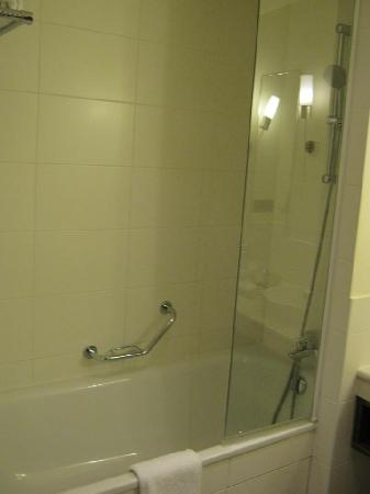 Radisson Blu Hotel Paris, Marne-la-Vallee: shower/bath standard room