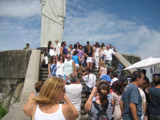 รูปปั้นพระเยซูคริสต์: The crowd trying to get a good shot