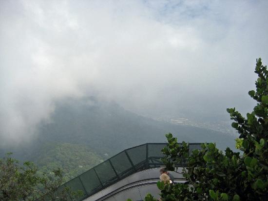 รูปปั้นพระเยซูคริสต์: View of Rio through the clouds