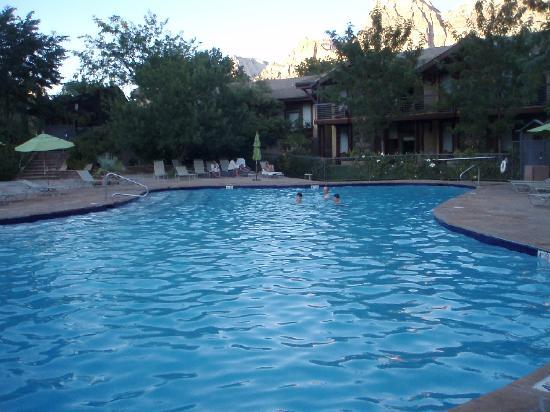 Desert Pearl Inn: pool