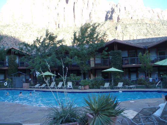 Desert Pearl Inn: poolside rooms