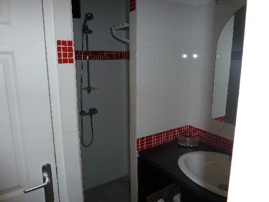 Hotel Balourou : la salle de bain avec les toilettes à gauche