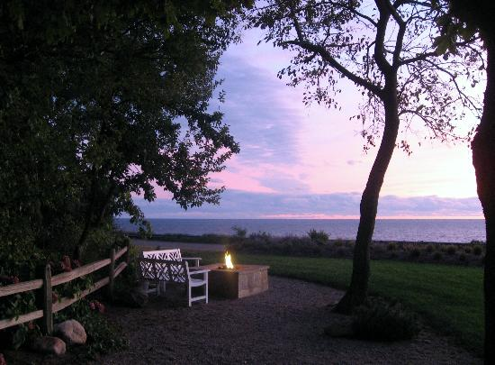Lake Shore Resort: Cool night, wam fire pit.