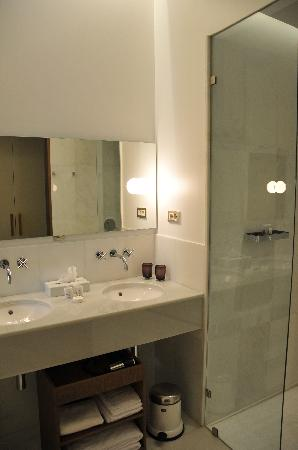 Alma Barcelona: shower cubicle