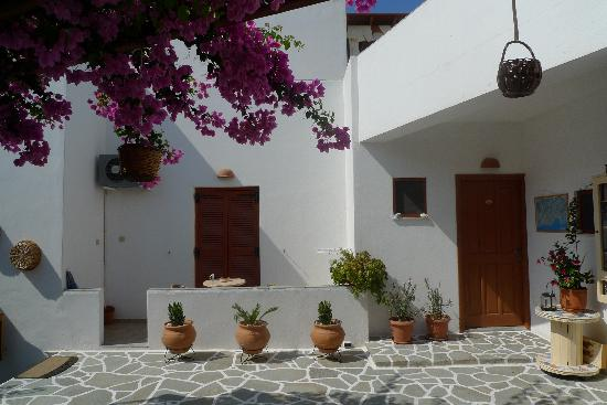 Cyclades Hotel and Studios: photo of courtyard