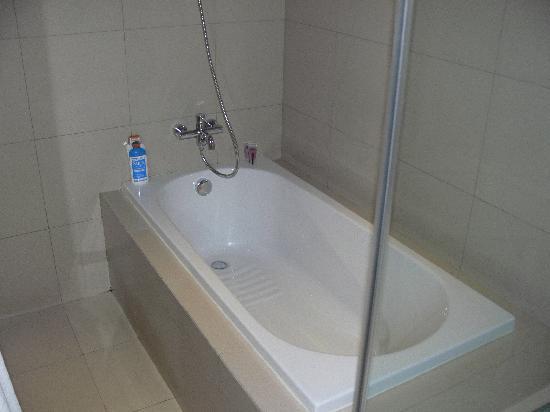 โรงแรมเท็นเฟซกรุงเทพฯ: Bathrom with sowher and bath