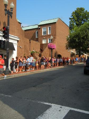 Georgetown Suites: The line at DC Cupcakes at 9:30 am on a Sunday...crazy