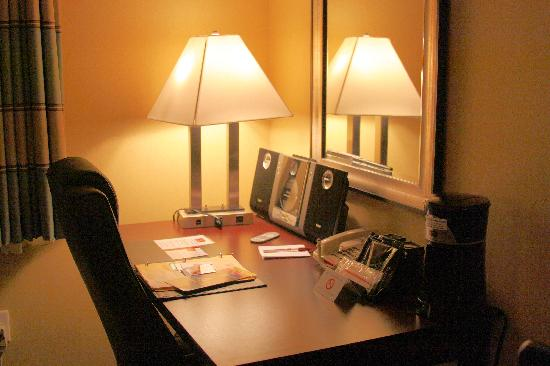 Clarion Inn & Suites Atlantic City North: Desk