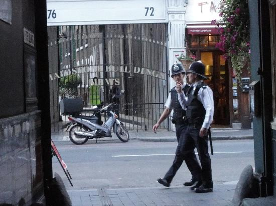 St Christopher's Inn Hammersmith : Looking out of the alley in front of the satellite hostel with a great police presence