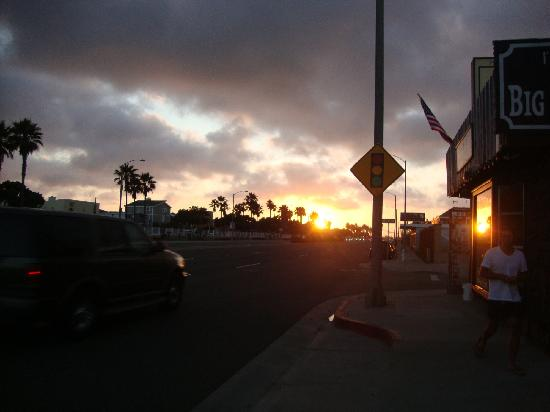 Newport Channel Inn: The sun going down over the PCH, Pacific Coast Highway....