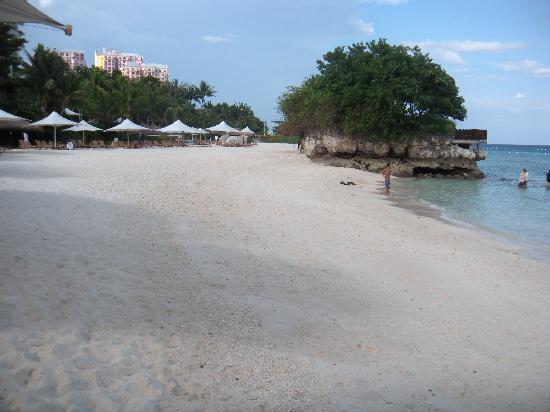 แชงกรี ลา แม็กทัน รีสอร์ท&สปา: ビーチと白い砂浜