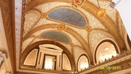 มิลเลนเนียมปาร์ค: The Tiffany ceiling at Macy's