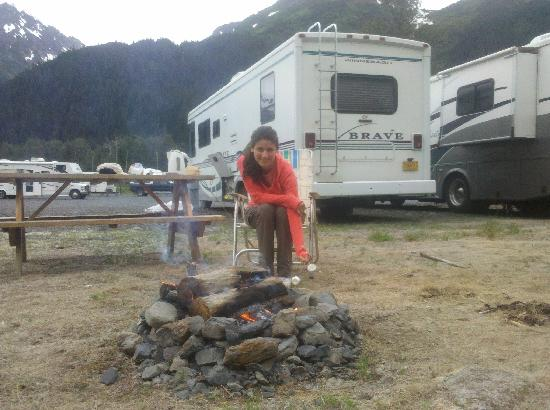 Portage Valley Cabins and RV Park: Roasting marshmallows