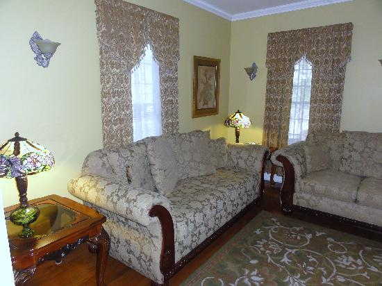 Accommodations Niagara Bed and Breakfast: living room