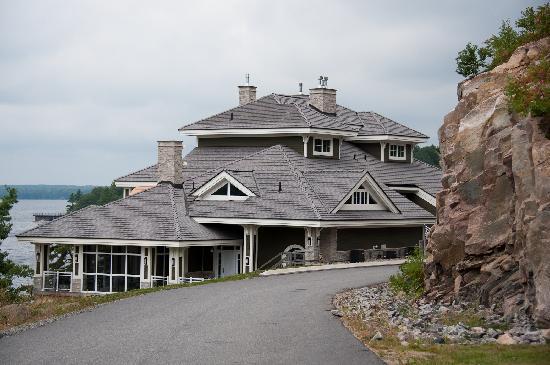 "تاتشستون أون ليك موسكوكا: The ""A"" units just 100 yards from the main lodge, on the bluff overlooking the lake."