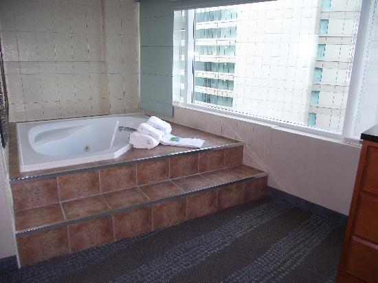 Radisson Hotel Suites Fallsview Jacuzzi Overlooking The Fallls