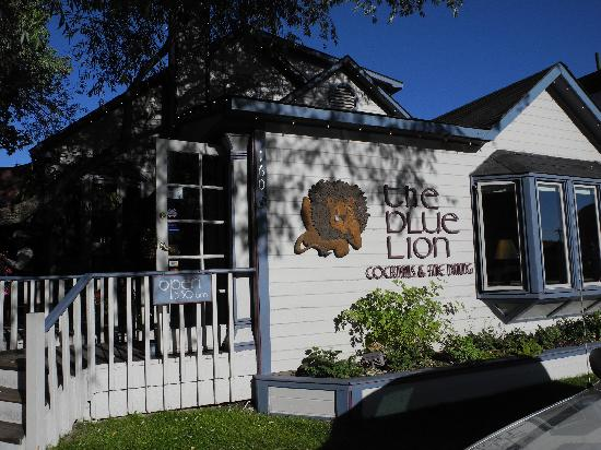 Blue Lion: Cute restaurant with outdoor seating