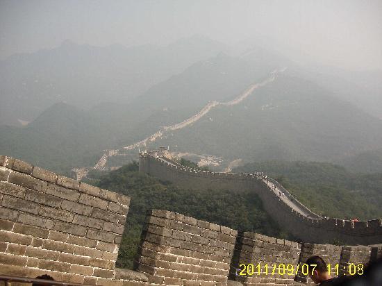 The Great Wall at Badaling: 向こうの人が多いのが女坂