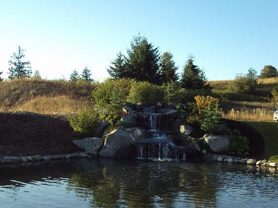 Holiday Inn Express Hotel & Suites North Sequim: The falls & pond in front of the hotel