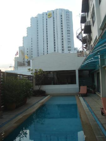 Bossotel Bangkok: Fitness and pool area