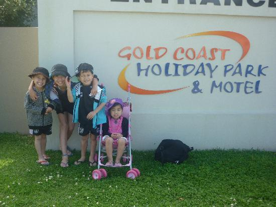 Gold Coast Holiday Park & Motel: My Kidsw with tha front sign....